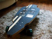 Nowatorski longboard elektryczny z panelami słonecznymi ciekawe pomysły