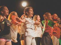 Pokaz musicalowy dzieci i młodzieży w teatrze. polski kickstarter