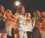 Pokaz musicalowy dzieci i młodzieży w teatrze.